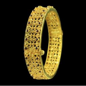 GOLD PLATED FLORAL BANGLE WITH RED ONYX STONE