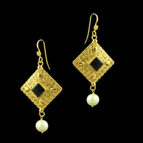 GOLD PLATED HANGING EARRINGS WITH ONYX STONES AND PEARLS